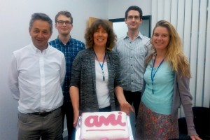 ami-team-photo-and-cake